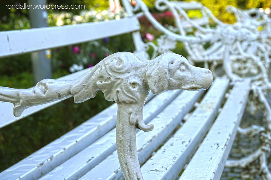 Animals simbòlics a Varsòvia. Barana d'un banc amb forma de gos.