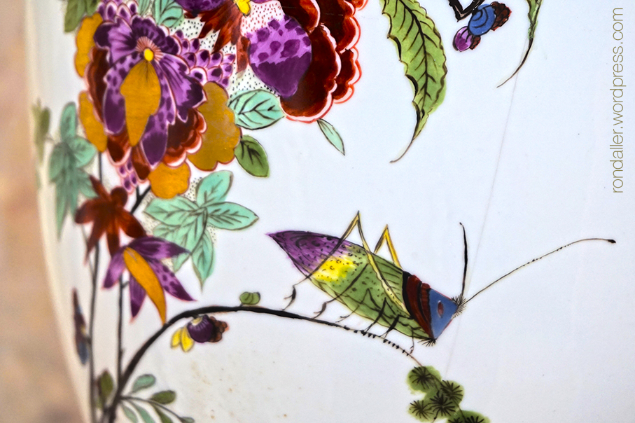 Gerra de porcellana amb flors i un saltamartí.