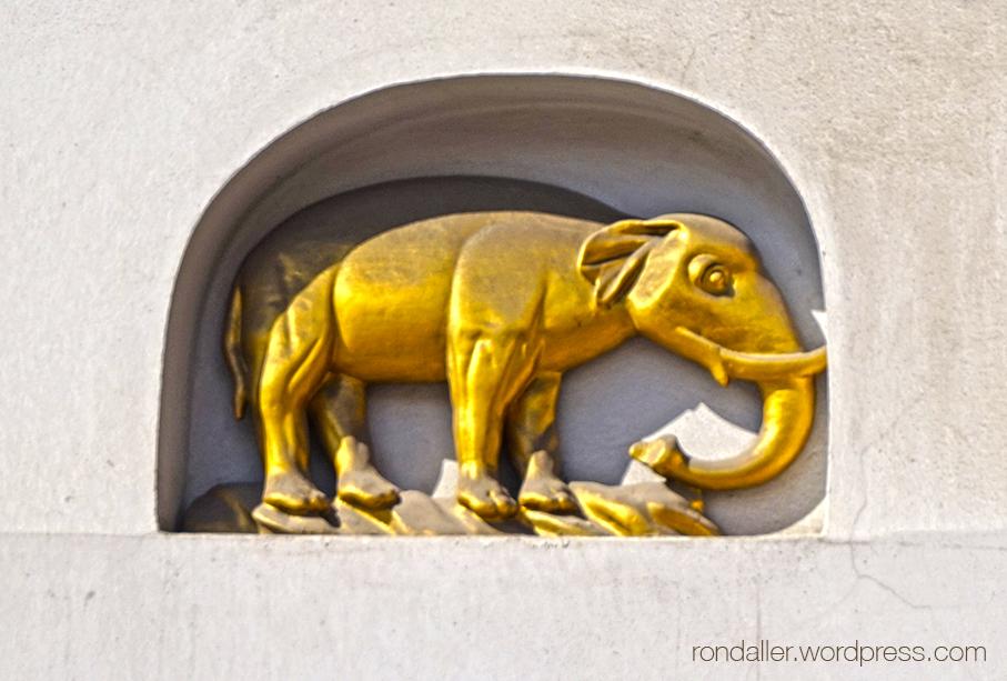 Animals simbòlics a Cracòvia. Furnícula amb un elefant daurat.