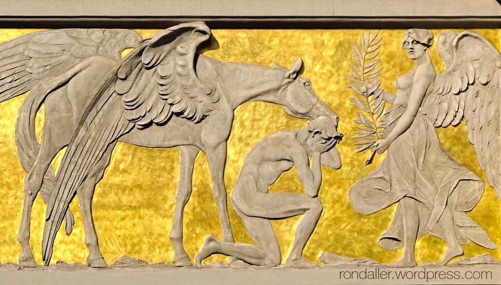 Animals simbòlics a Cracòvia. Detall d'un fris on es veu Pegàs i diversos personatges.