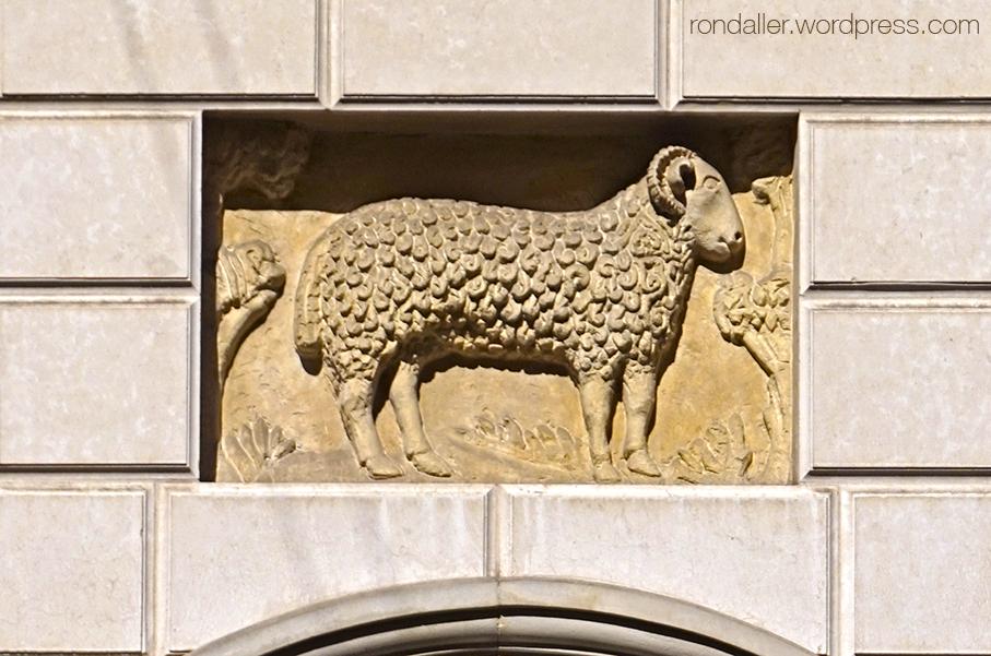Animals simbòlics a Cracòvia. Relleu d'un moltó dalt d'una porta.