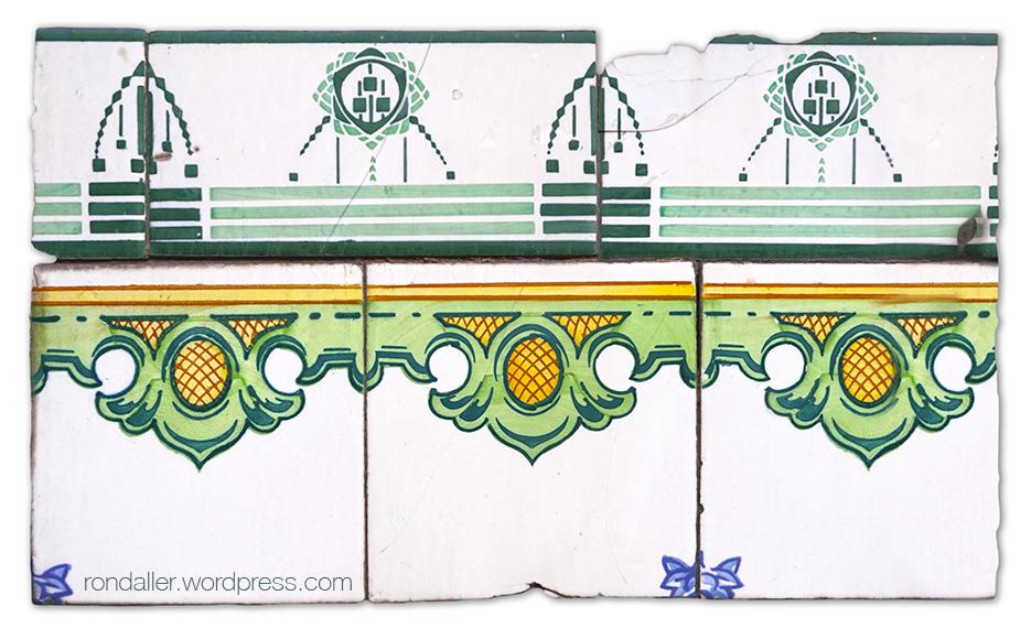 Casa Vicente Cortés. Rajoles amb dues sanefes d'estils diferents.