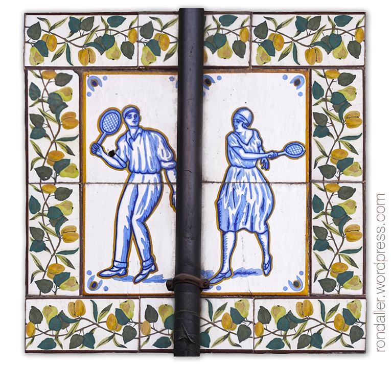Casa Vicente Cortés. Rajoles representant un home i una dona jugant al tenis.