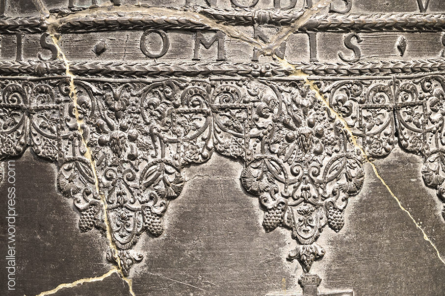 Ruta per Varsòvia. Detall de la sanefa decorativa al voltant d'una campana del segle XVIII.