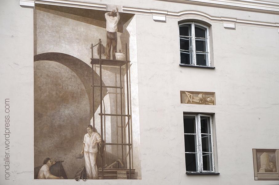 Mural realista del 2013 a la paret d'un edifici, que mostra el procés de reconstrucció de l'habitatge on es troba.