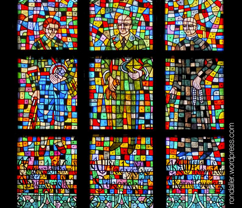 Vitralls a la catedral amb personatges de la història de Polònia. Dissenyats per l'artista polonès Taranczewski