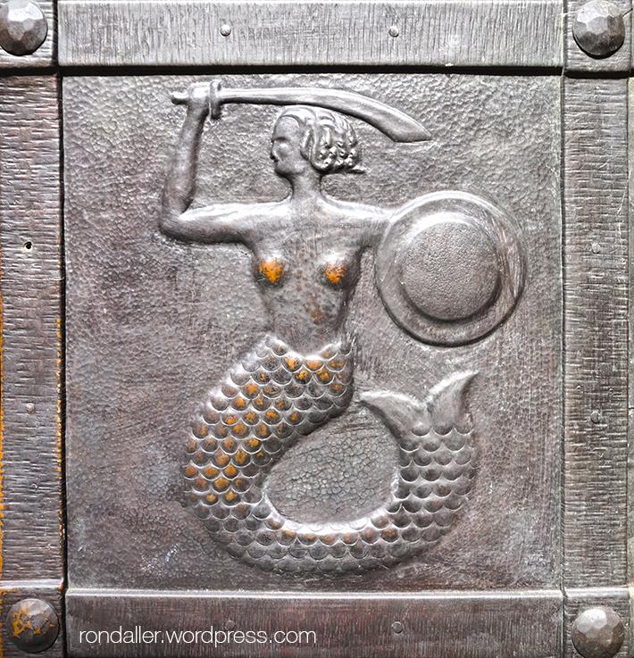 Sirena a la porta de la catedral de Sant Joan.