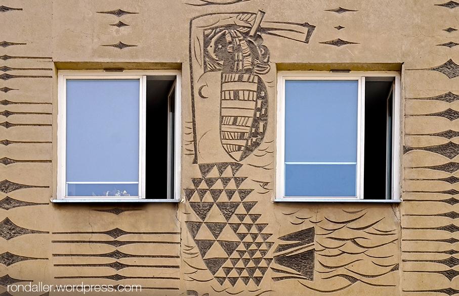 Escut de Varsòvia esgrafiat en una façana.
