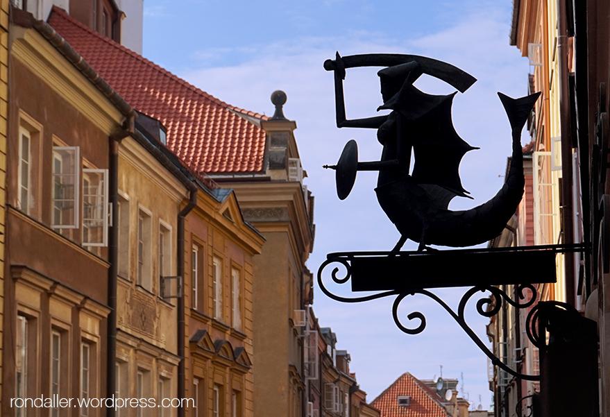 Escut de Varsòvia de metall a l'entrada d'una botiga.