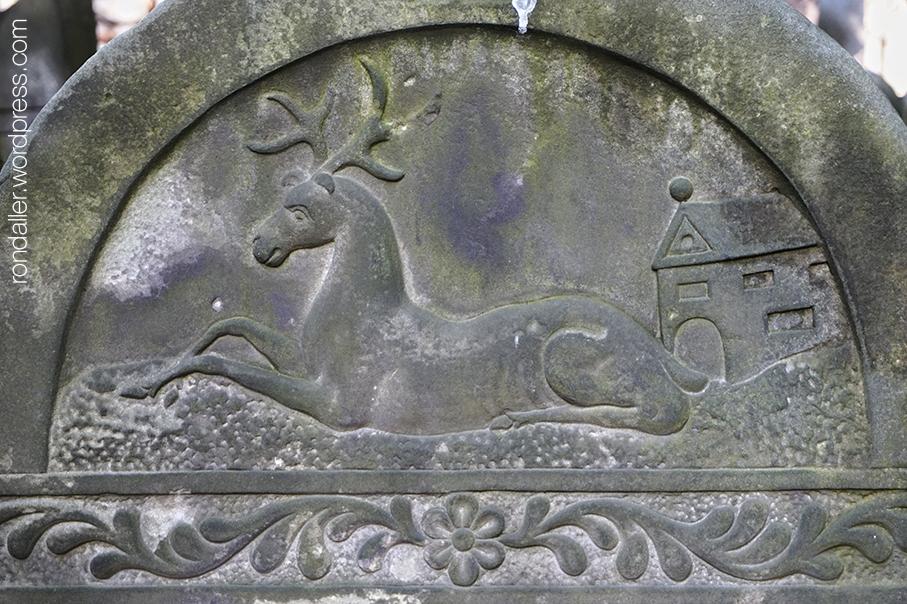 Símbols al cementiri jueu de Varsòvia.  Relleu d'un cèrvol.
