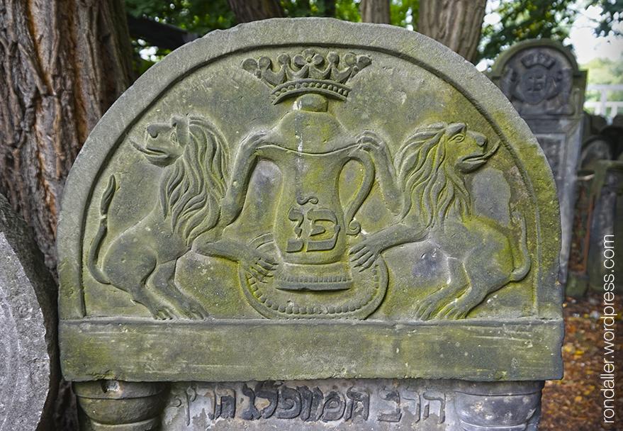 Símbols al cementiri jueu de Varsòvia. Una gerra amb una corona entre dos lleons.