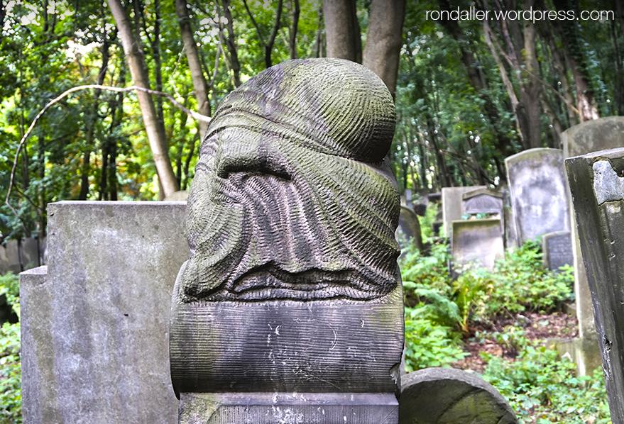 Símbols al cementiri jueu de Varsòvia. Escultura d'un personatge embolicat amb una roba.
