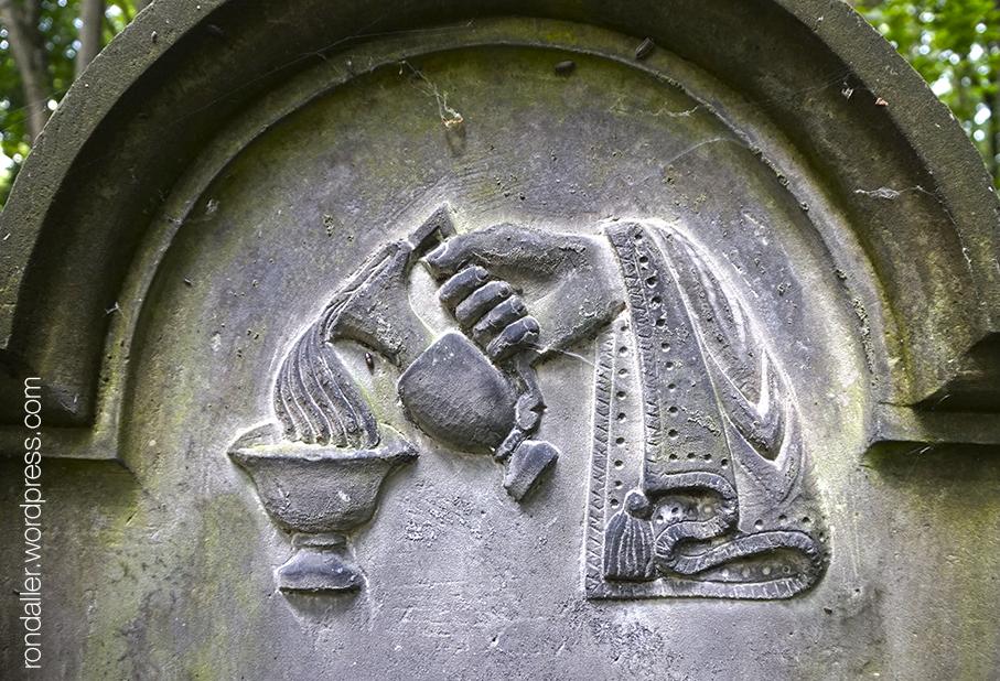 Símbols al cementiri jueu de Varsòvia. Relleu d'una ma sostenint una gerra i vessant l'aigua en una copa.