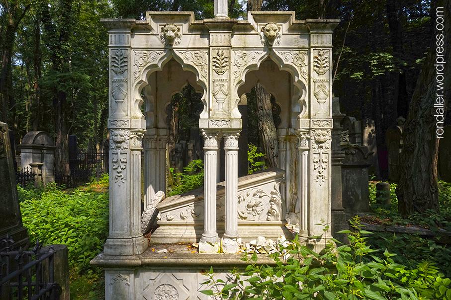 Itinerari per Varsòvia. Panteó de finament treballat amb decoració d'aire oriental,al cementiri jueu.