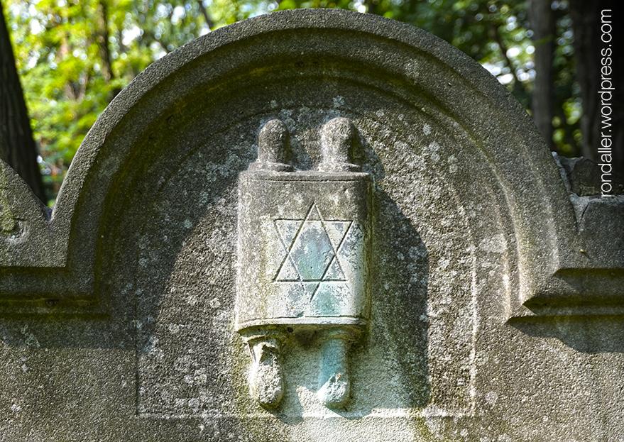 Símbols al cementiri jueu de Varsòvia. Representació de la Torà.