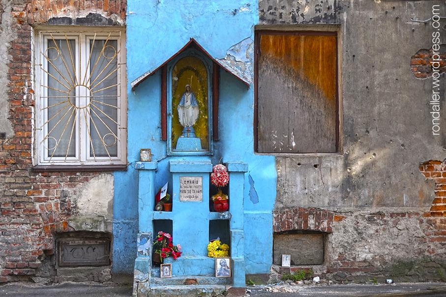 Ruta per Varsòvia. Petita capelleta pintada de color blau, en una paret deslluïda.