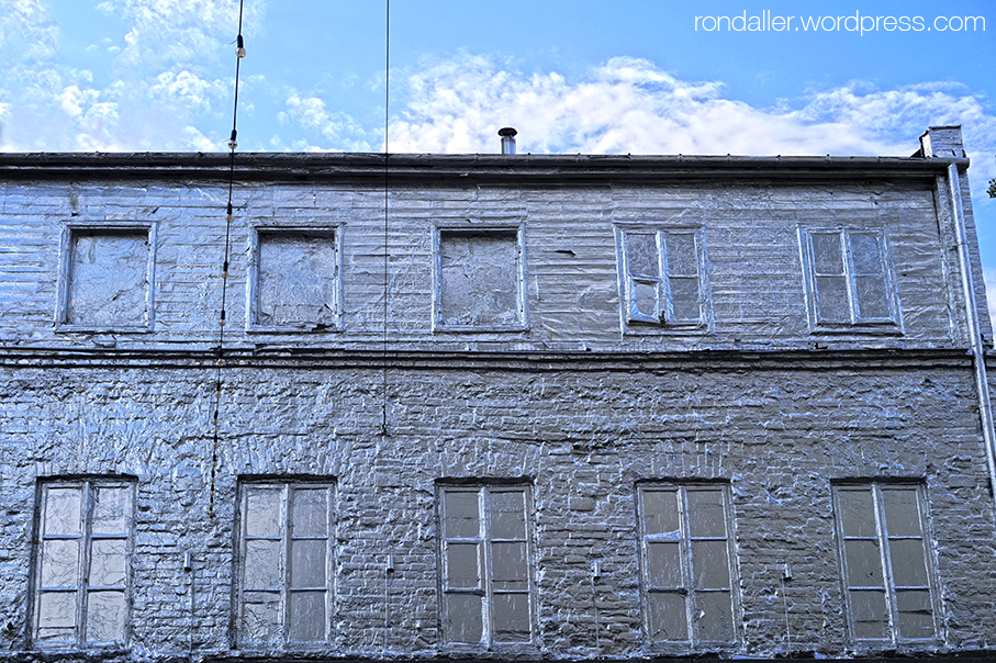 Ruta per Varsòvia. Antic edifici totalment recobert amb pintura platejada.