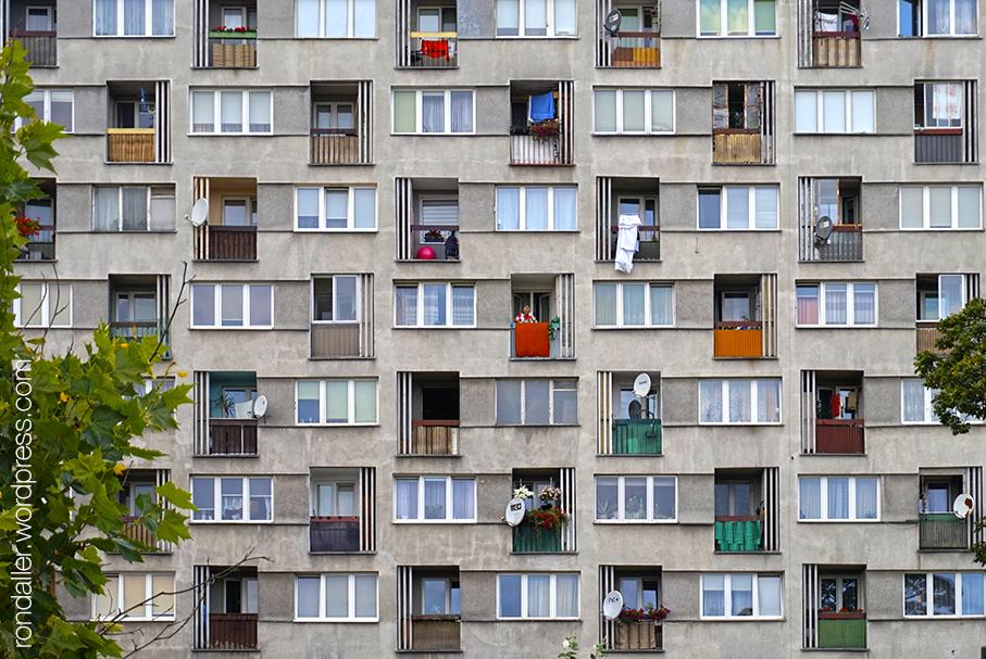 Ruta per Varsòvia. Finestres simètriques en un bloc de l'època socialista al barri de Praga.