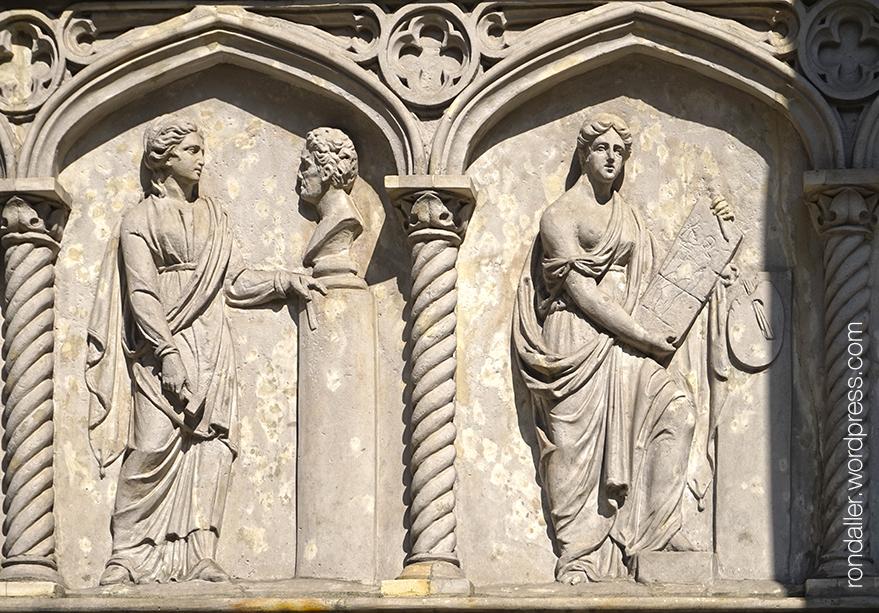 Relleus escultòrics que representen l'escultura i la pintura, al mausoleu de Kostka Potocki del segle XVIII.