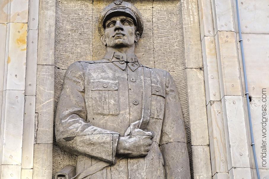 Arquitectura socialista a Varsòvia. Escultura gegantina d'un soldat.
