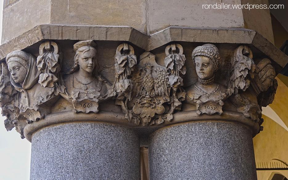 Ruta per Cracòvia. Caps femenins als capitells de la llotja tèxtil o Sukiennice, a la plaça del Mercat.