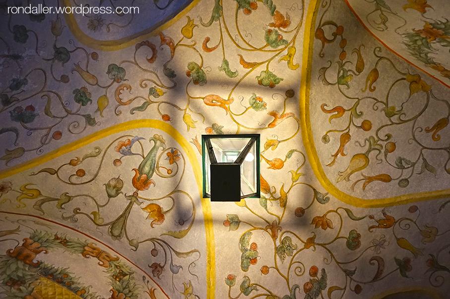 Ruta per Cracòvia. Sostre d'una volta al pati de la Universitat Jagellònica, decorat amb motius florals.
