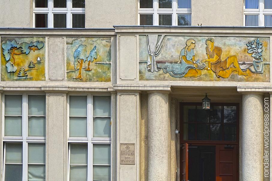 Realisme socialista a Cracòvia. Fris amb personatges descansant a la residència d'estudiants Nawojka.