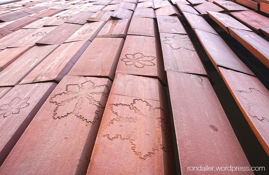 Plaques ceràmiques mòbils amb el relleu de fulles, que cobreixen les finestres del pavelló Wyspiański.