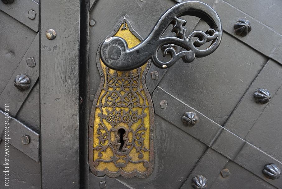 Pany d'una porta al carrer Kanonicza, amb una delicada filigrana decorativa de forja.