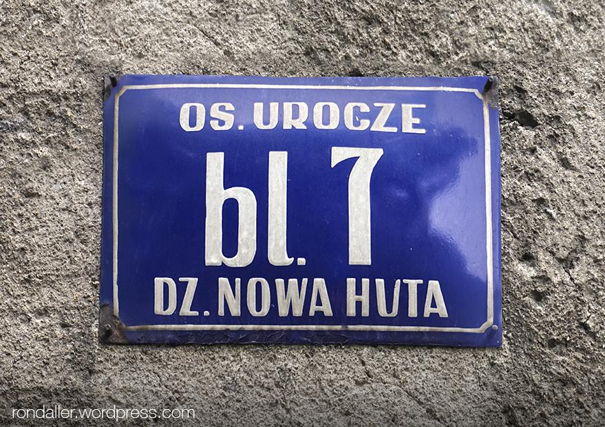 Itinerari per Nowa Huta. Placa amb el nom del carrer i el número del bloc.