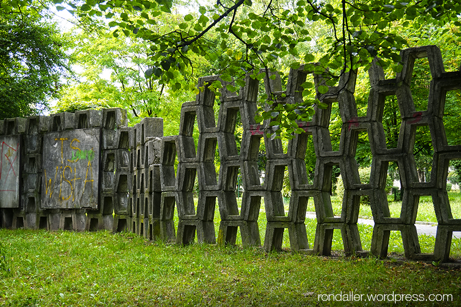 Itinerari per Nowa Huta. Un monument entre els arbres.
