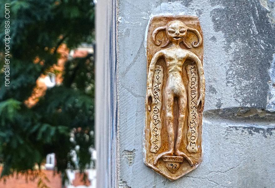 Itinerari per Cracòvia. Petita escultura  que representa un personatge alienígena, realitzada per Vanadium.