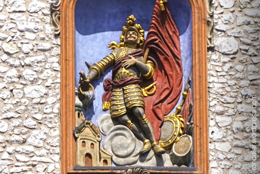 Ruta per Cracòvia. Escultura de Sant Florià dins una fornícula, en actitud d'apagar un incendi a la ciutat.