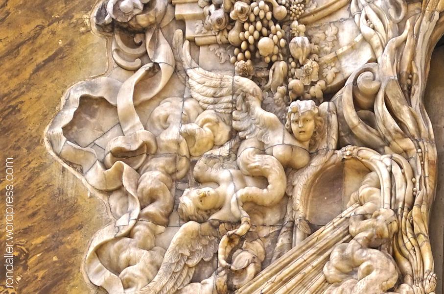 Palau del Marqués de Dos Aguas. Detall de la portalada barroca on es veuen éssers amb ales i cua de serp.