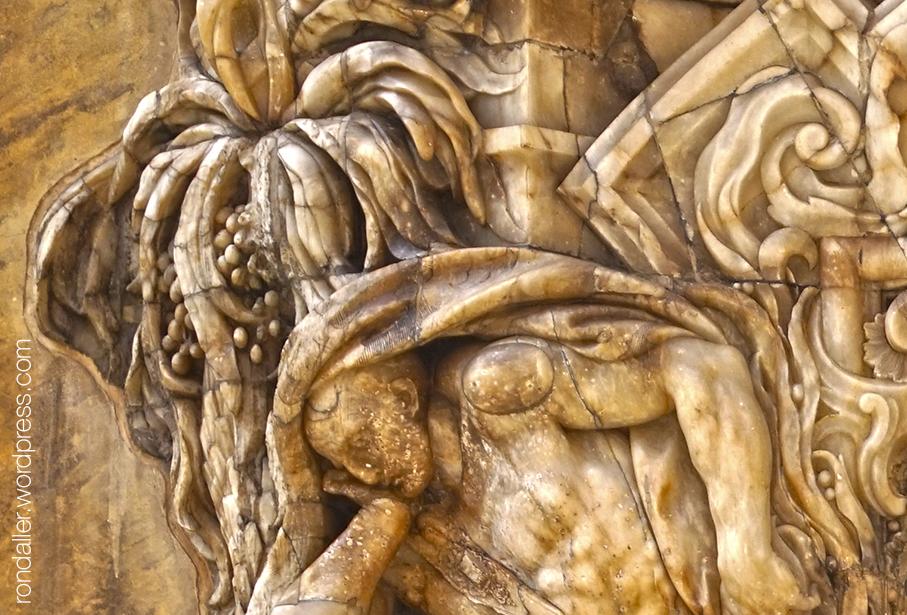 Palau del Marqués de Dos Aguas. Detall de la portalada on es veu un personatge sota una palmera.