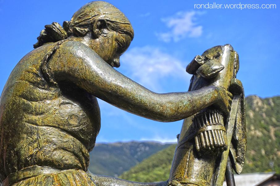 Itinerari per Escaldes-Engordany. Escultura de la Puntaire, realitzada el 1972 per Josep Viladomat.