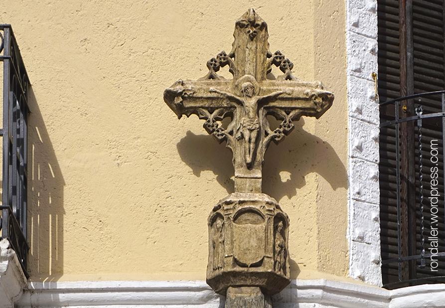 Reproducció de la creu de terme gòtica del segle XVII a la plaça de Santa Anna.