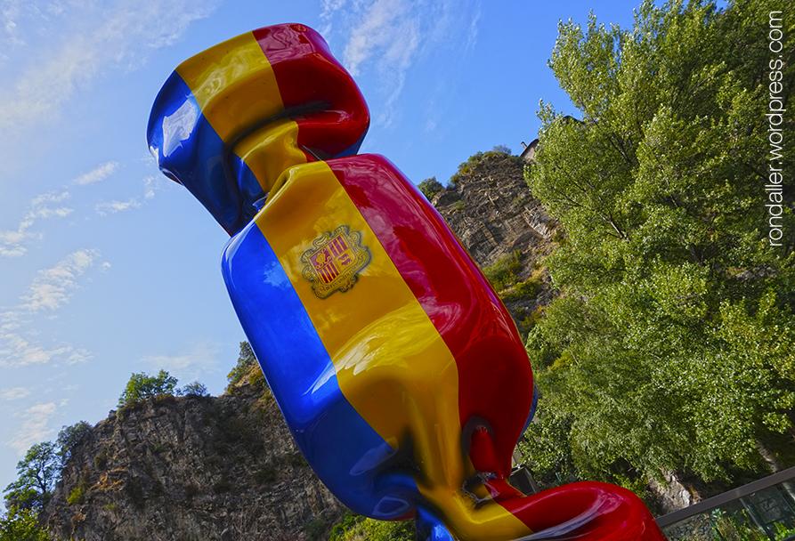 Itinerari per Escaldes-Engordany. Monument en forma de caramel amb els colors de la bandera d'Andorra.