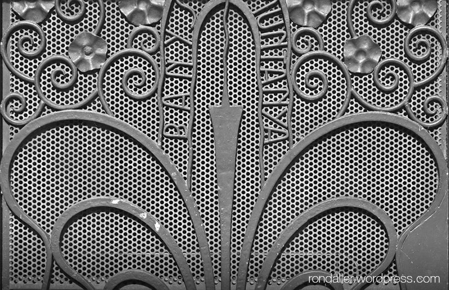 Detall de la reixa de forja d'una porta del balneari de l'Hotel Carlemany d'Andorra.