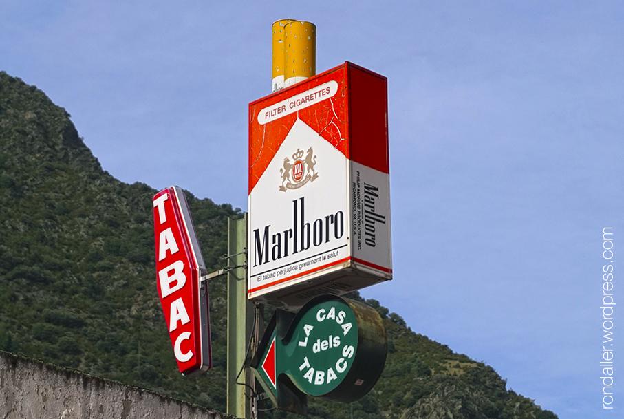Itinerari per Escaldes-Engordany. Publicitat de tabac amb la forma d'una gran capsa de cigarretes.