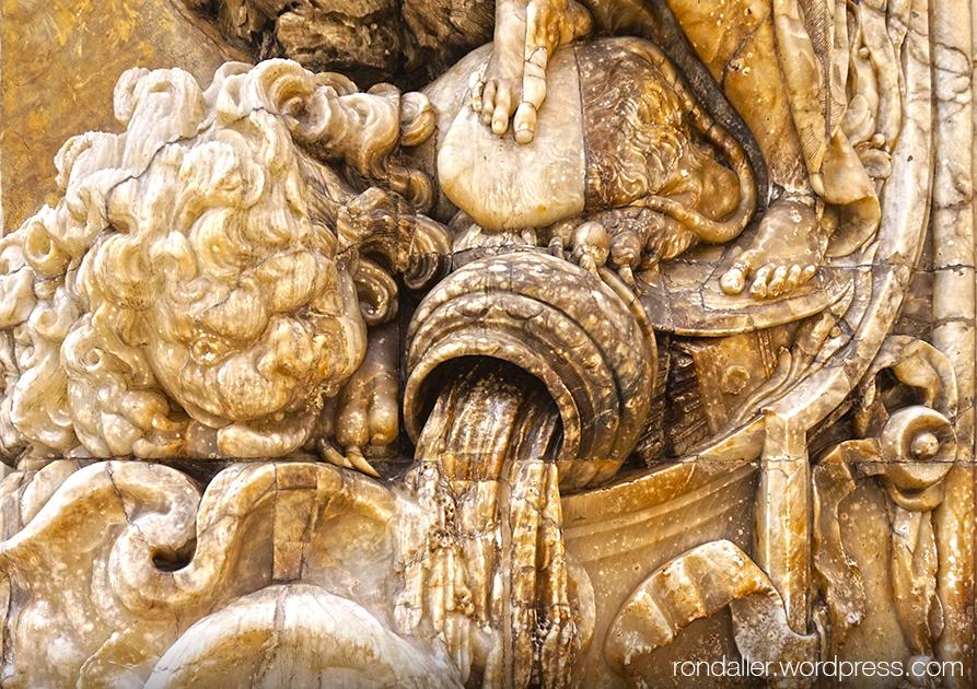 Palau del Marqués de Dos Aguas. Detall de la portalada on es veu una gerra d'on surt aigua.
