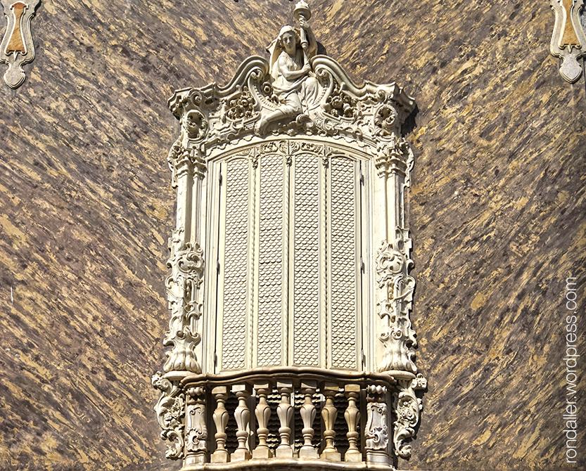 Finestra amb balustrada i emmarcada amb decoració barroca. València.