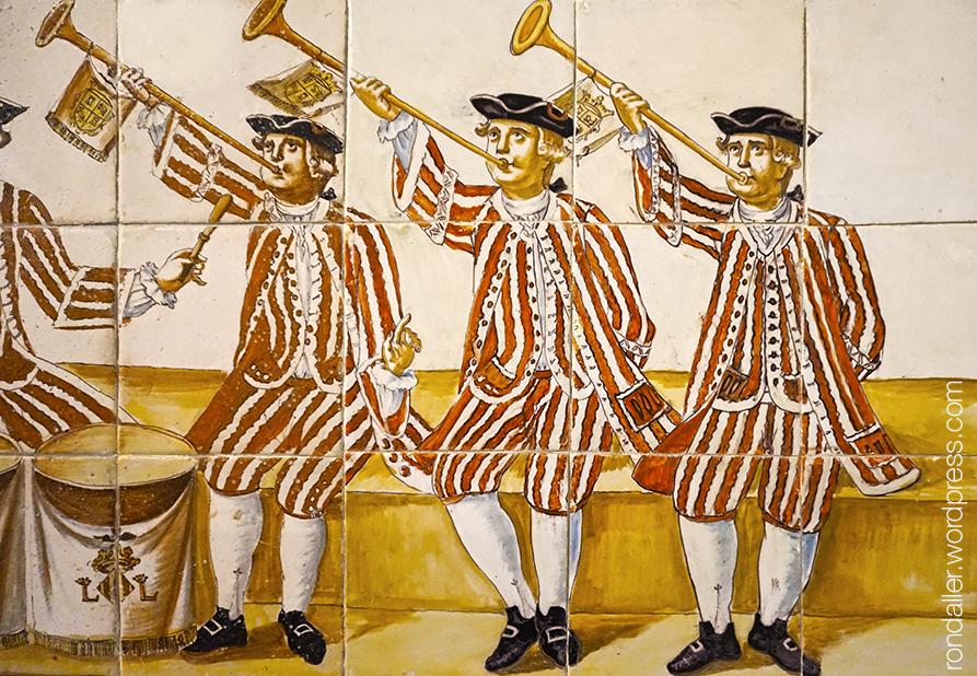 Palau del Marqués de Dos Aguas. Detall d'un plafó ceràmic amb tres trompetistes vestits d'uniforme.