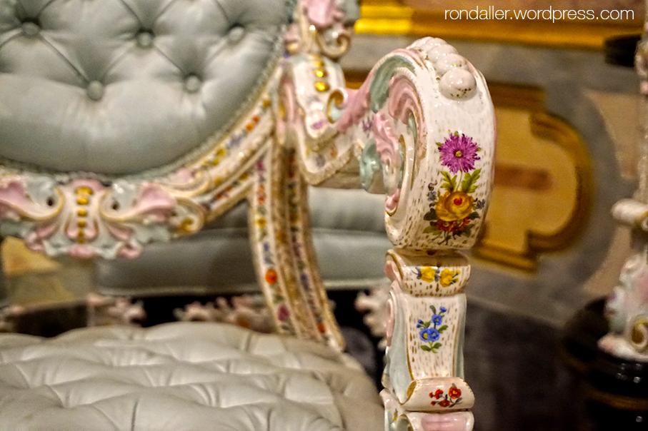 Palau del Marqués de Dos Aguas. Detall de la decoració del reposabraços de ceràmica d'un silló.