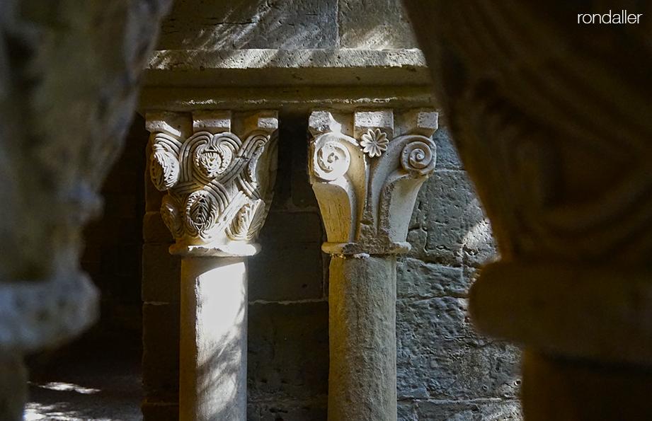 Dos capitells romànics del claustre de Sant Benet de Bages amb motius vegetals.