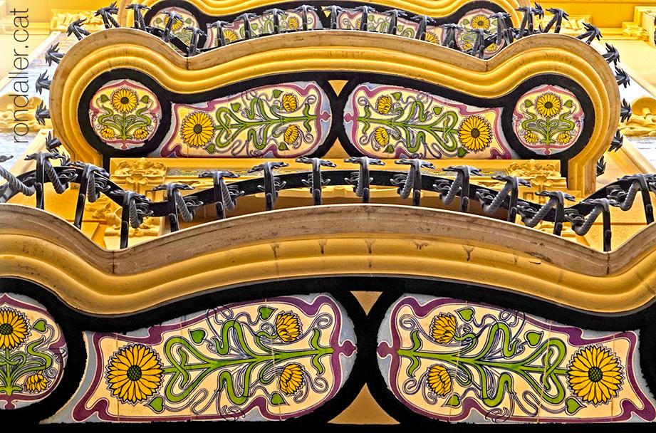 Enrajolat amb girasols sota els balcons de l'edifici Aznar projectat per Manuel García Sierra.