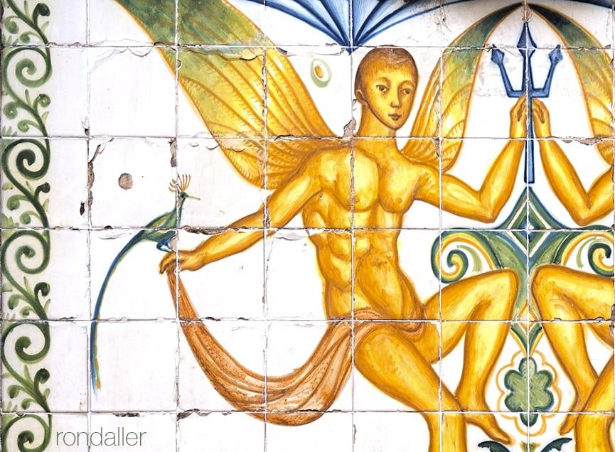 Font de Santa Anna. Detall del plafó ceràmic noucentista que representa un personatge alat amb un trident.