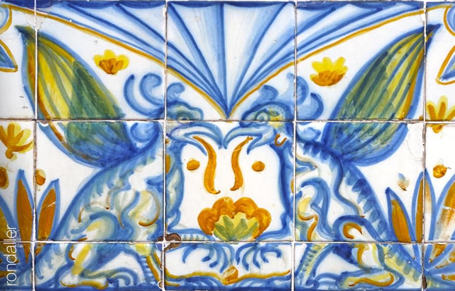 Font de Santa Anna. Detall del plafó ceràmic realitzat per Josep Aragay que representa dos grius.