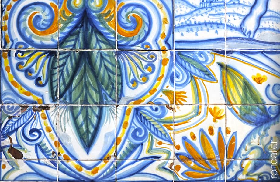 Detall del plafó ceràmic noucentista realitzat per Josep Aragay amb decoració floral i vegetal.