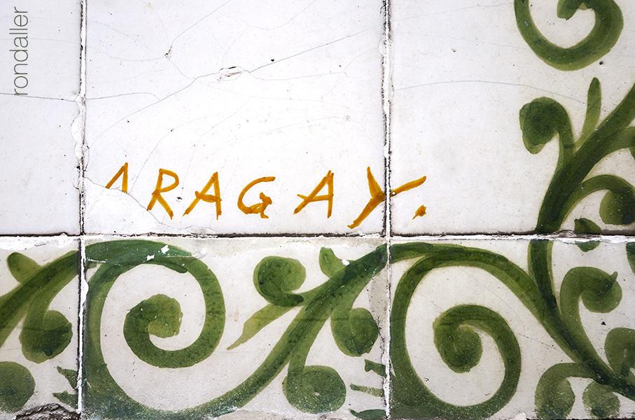Font de Santa Anna. Detall de la signatura de Josep Aragay en una cantonada del mural ceràmic.